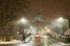 Catedral durante a queda de neve pesada fotografia de stock royalty free