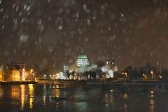Catedral durante a queda de neve pesada fotos de stock royalty free