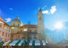 Catedral e arquitetura da cidade de Ljubljana no mercado de rua velho da cidade foto de stock royalty free