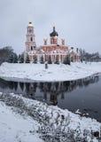 Catedral e o rio Polist Staraya Russa no fundo do inverno Foto de Stock