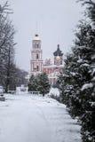 Catedral e o rio Polist Staraya Russa no fundo do inverno Fotografia de Stock Royalty Free
