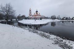 Catedral e o rio Polist Staraya Russa no fundo do inverno Fotos de Stock
