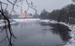 Catedral e o rio Polist Staraya Russa no fundo do inverno Imagem de Stock Royalty Free