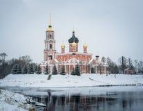 Catedral e rio Polist Staraya Russa no fundo do inverno Imagem de Stock