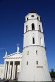 Catedral e torre de sino em Vilnius, Lithuania fotos de stock royalty free