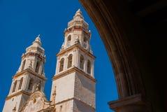 Catedral em Campeche, México visto através de um arco de pedra fotografia de stock