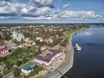 Catedral, embarcadero y nave de la suposición Myshkin, Rusia Visión desde el río imagen de archivo libre de regalías