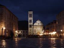 Catedral en el mercado principal en la isla de Hvar foto de archivo libre de regalías