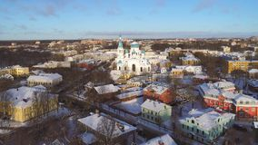 Catedral en el paisaje de la ciudad, tarde de Pokrovsky de enero Gatchina, Rusia metrajes