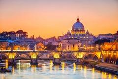 Catedral en la noche, Roma de San Pedro Foto de archivo