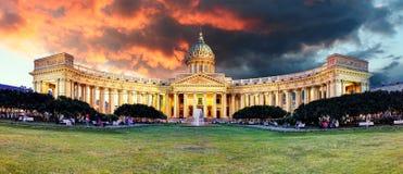 Catedral en la salida del sol, nadie de Rusia - de St Petersburg, Kazán foto de archivo