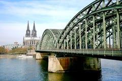 Catedral famosa da água de Colônia em Alemanha imagem de stock