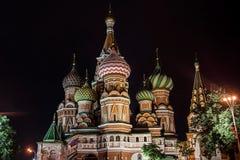 Catedral famosa iluminada por la tarde, Plaza Roja, Moscú del ` s de la albahaca del santo Foto de archivo