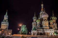 Catedral famosa y el Kremlin iluminados por la tarde, Plaza Roja, Moscú del ` s de la albahaca del santo Imágenes de archivo libres de regalías