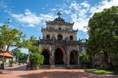 Catedral fantástica de Diem debajo del cielo azul en Ninh Binh, Vietnam Fotos de archivo
