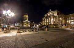 Catedral francesa en el Gendarmenmarkt en la noche, Berlín, Alemania fotografía de archivo