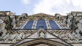 Catedral Front Low Angle ocidental de Salisbúria imagens de stock royalty free