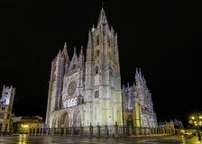 Catedral gótica de León, por noche Imagenes de archivo