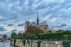 Catedral gótico de nossa senhora de Paris no tempo nebuloso, França imagem de stock royalty free