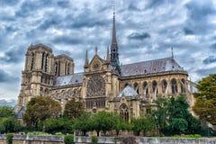 Catedral g?tico de nossa senhora de Paris no tempo nebuloso, Fran?a imagem de stock