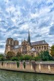 Catedral g?tico de nossa senhora de Paris no tempo nebuloso, Fran?a foto de stock royalty free