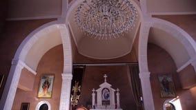 Catedral hermosa dentro de la visión almacen de video