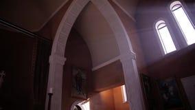 Catedral hermosa dentro de la visión metrajes