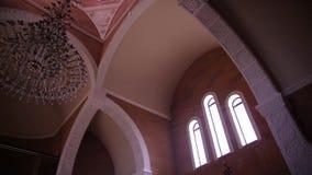 Catedral hermosa dentro de la visión almacen de metraje de vídeo
