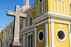 Catedral histórica de Granada, iglesia con la estatua cruzada Imágenes de archivo libres de regalías