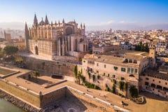 Catedral histórica em Palma de Mallorca opinião do zangão fotografia de stock