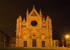 Catedral iluminada por noche, Toscana, Italia de Siena foto de archivo