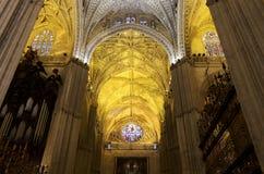 Catedral interior de Sevilha -- Catedral de St Mary da vista, a Andaluzia, Espanha fotos de stock royalty free