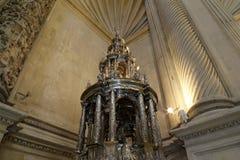 Catedral interior de Sevilha -- Catedral de St Mary da vista, a Andaluzia, Espanha foto de stock royalty free