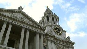 Catedral Londres, nubes del ` s de San Pablo que viajan a través del cielo metrajes