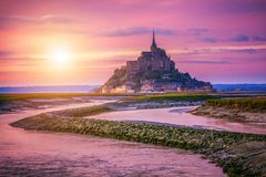 Catedral magnífica de Mont Saint Michel na ilha, Normandy imagens de stock