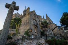 Catedral medieval de la piedra y cruz de piedra en la ciudad del Sena Michel Abbe foto de archivo