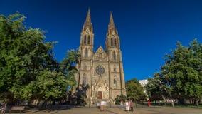 Catedral medieval do hyperlapse do timelapse de Ludmila de Saint em Praga na república checa vídeos de arquivo