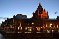 Catedral na noite, Helsínquia de Uspenski fotos de stock