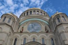 Catedral naval de Kronstadt y cielo azul Imagenes de archivo