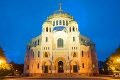 A catedral naval do St o Nicholas Wonderworker na iluminação da noite Kronstadt fotografia de stock