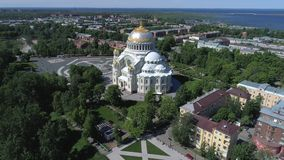 A catedral naval velha de São Nicolau Kronstadt, vídeo aéreo de Rússia video estoque