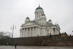 Catedral no quadrado do Senado em Helsínquia, Finlandia Vista lateral Caminhada dos povos ao redor fotografia de stock