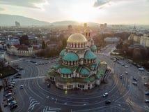 Catedral ortodoxa Alexander Nevsky, en Sofía, Bulgaria Fotografía aérea en la puesta del sol foto de archivo