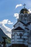 Catedral ortodoxa detrás de las palmeras en la ciudad de playa imágenes de archivo libres de regalías