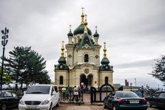 Catedral ortodoxa en la ciudad de playa fotos de archivo libres de regalías