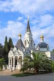 Catedral ortodoxa en medio del verdor del verano en la ciudad o Fotografía de archivo libre de regalías