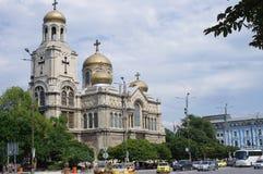Catedral ortodoxo com as abóbadas douradas múltiplas fotografia de stock