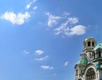 Catedral ortodoxo de encontro ao céu. Abóbada dourada com uma cruz Fotos de Stock Royalty Free