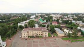 Catedral ortodoxo de Sophia de Saint e igreja da ressurreição de Jesus em um dia de verão ensolarado no Kremlin de Vologda vídeos de arquivo