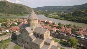 Catedral ortodoxo de Svetitskhoveli do footoge rápido aéreo do movimento e cidade histórica e turística Mtskheta, perto de Tbilis filme